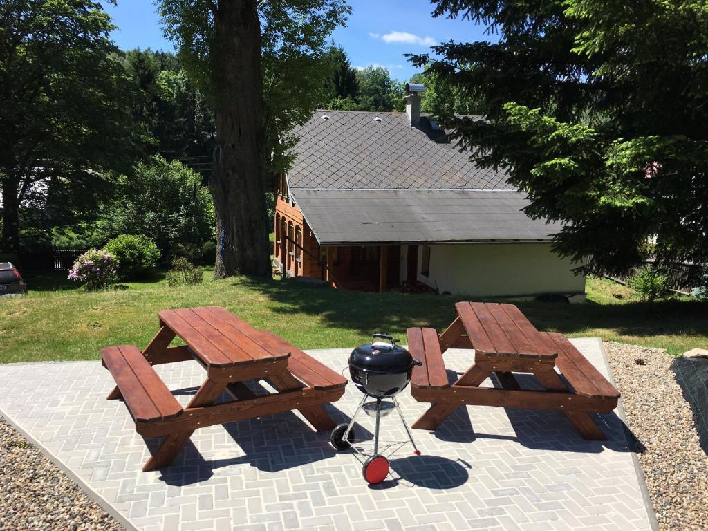 Chalupa Lužické hory - posezení na zahradě poblíž táboráku s přenosným grilem.
