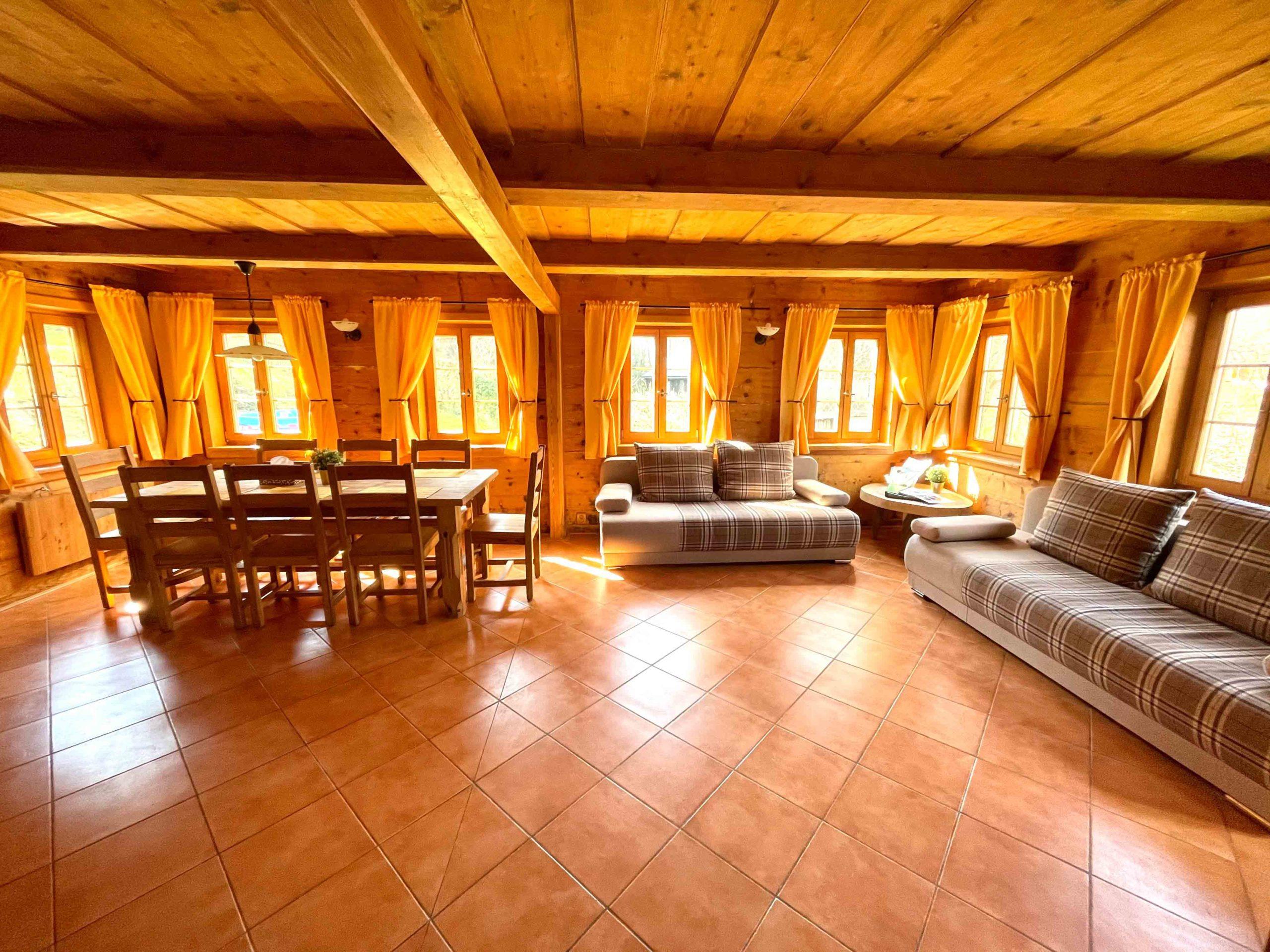 Obývací pokoj je spojen s kuchyňským koutem a je tato místnost brána jako hlavní místnost chalupy. V místnosti jsou umístěna kamna, která vytápí většinu chalupy i s podlahovým vytápěním. V kuchyni najdete zabudovanou lednici, mikrovlnou troubu, kávovar, troubu, rychlovarnou konvici a rádio.