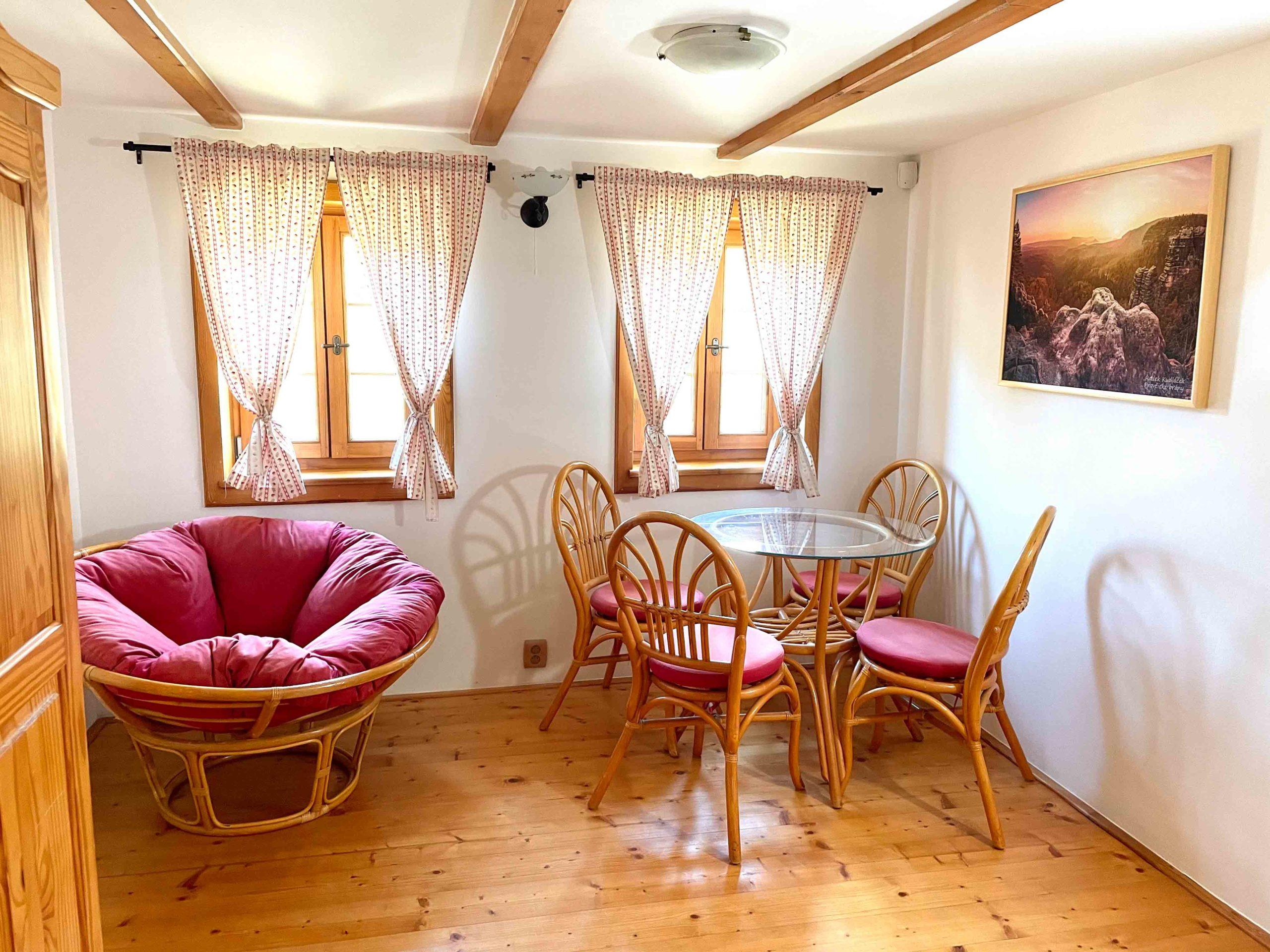 Ve druhém patře se nachází obě ložnice, oddělený záchod a prostor ke společnému posezení.
