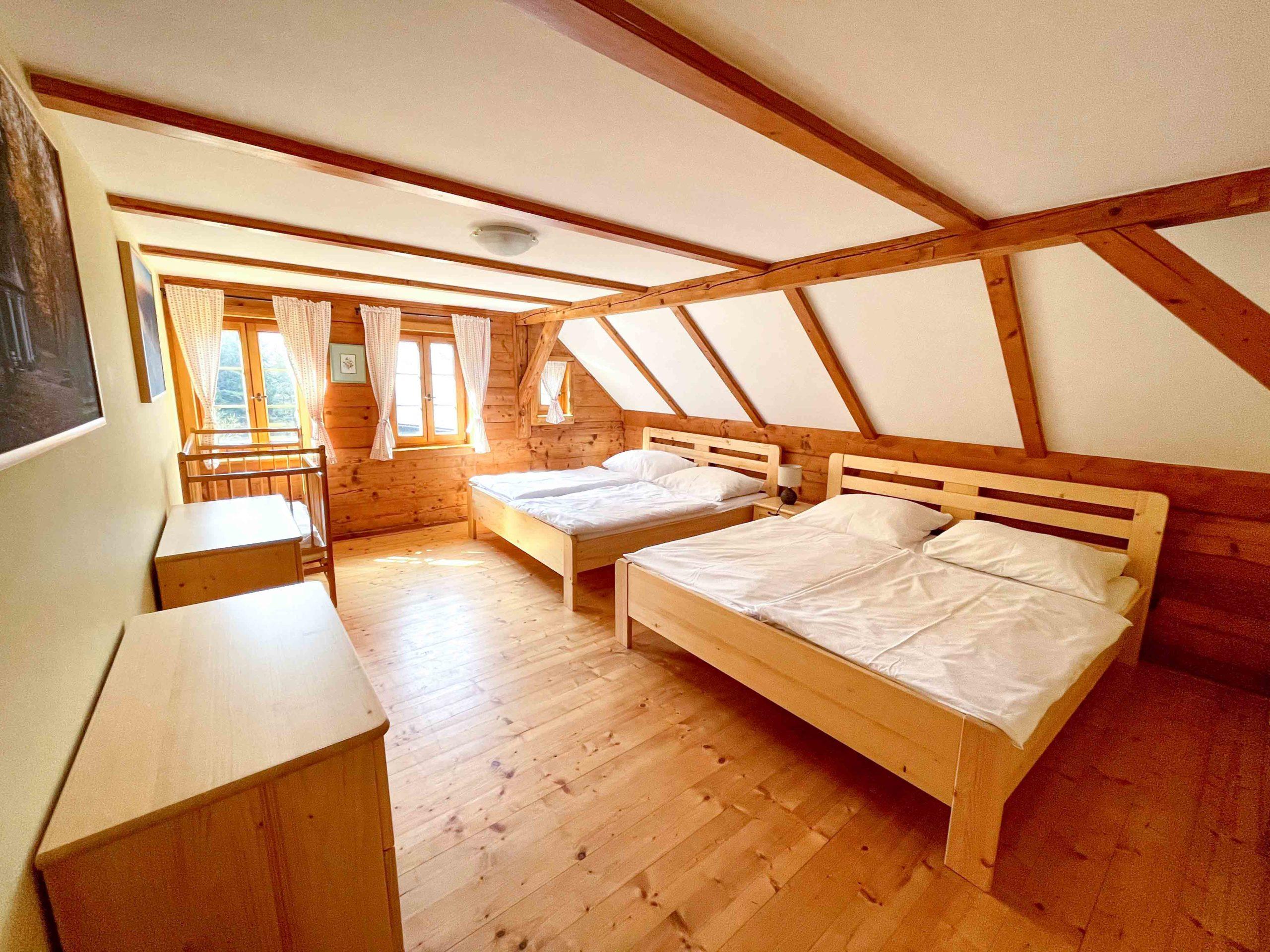 2. Ložnice pro 4 osoby s výhledem na zahradu. - Chalupa Lužické hory