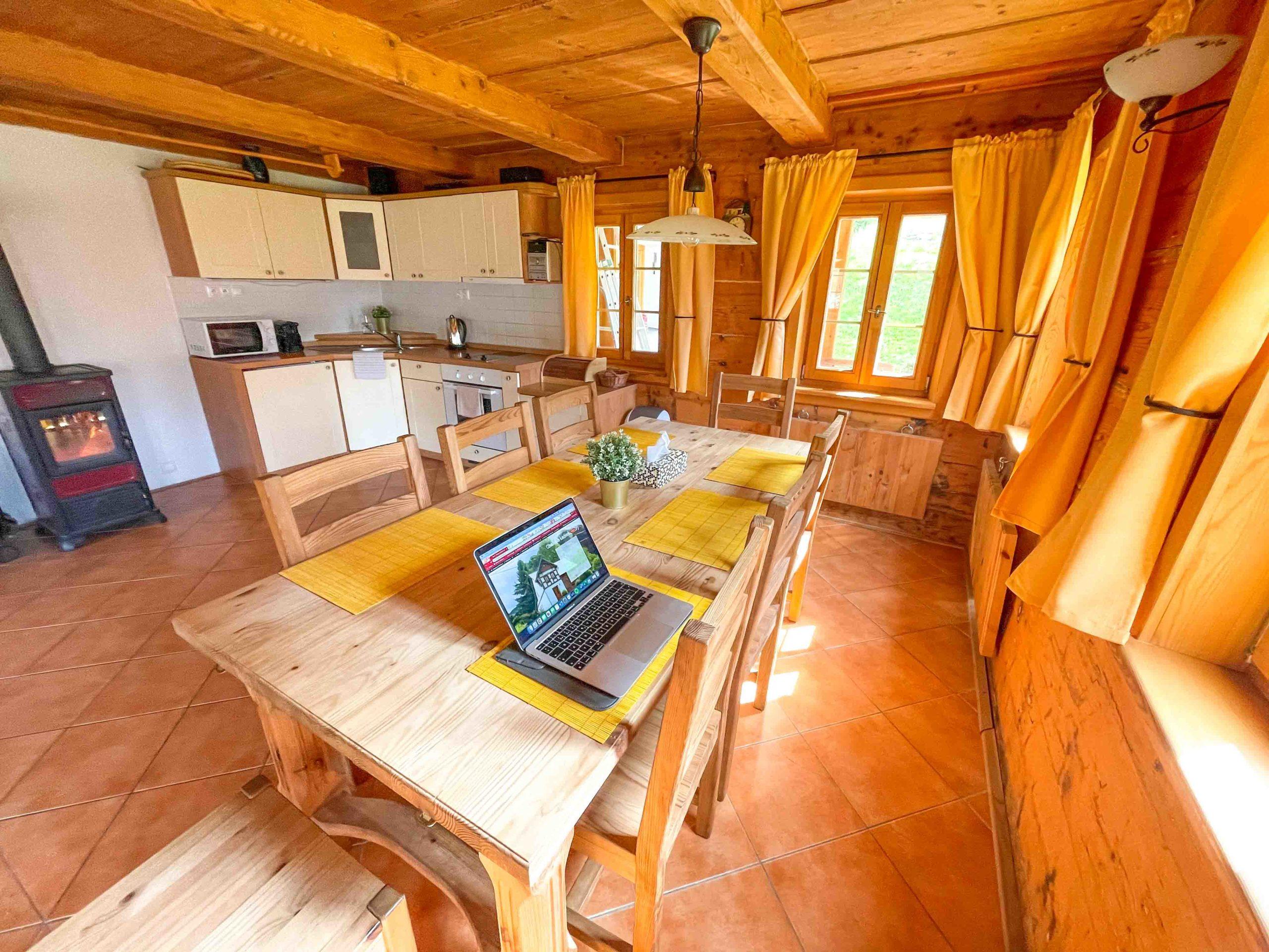 V kuchyni najdete zabudovanou lednici, mikrovlnou troubu, kávovar, troubu, rychlovarnou konvici a rádio.