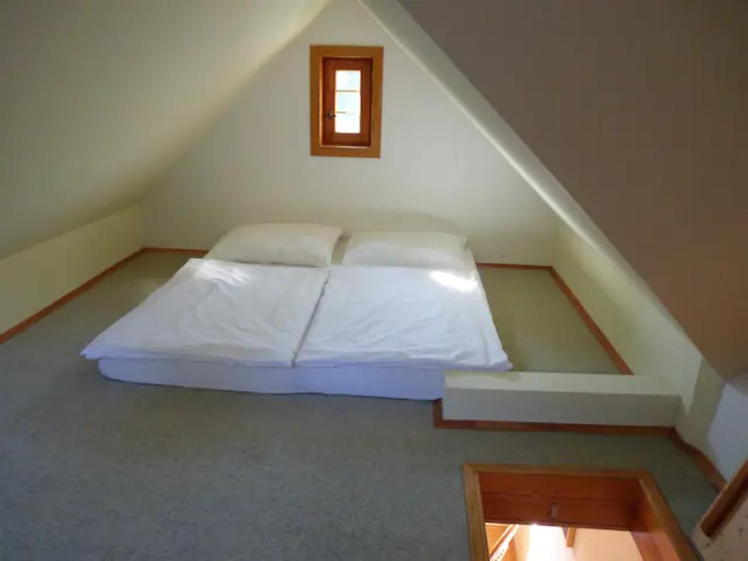 Spaní v podkroví je připraveno pro 4 osoby.